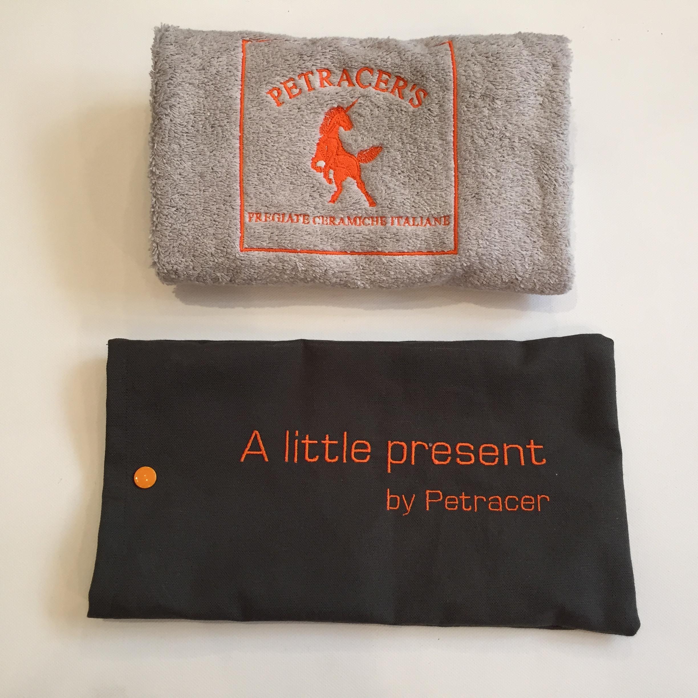 Pochette et serviette brodées